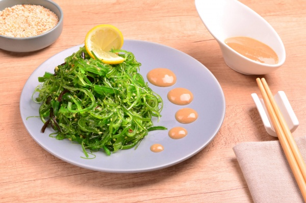 Салат Чука с ореховым соусом